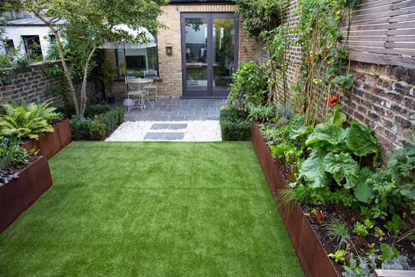 Une pelouse pour un espace détente chic et confortable dans votre jardin